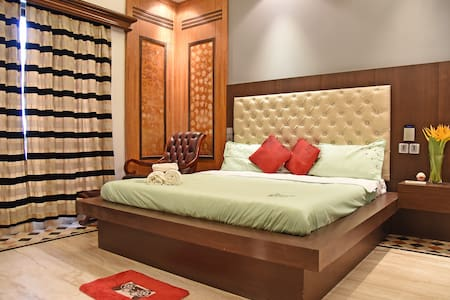 Colonial Room 1Km from Park St  Luxurious Bathroom
