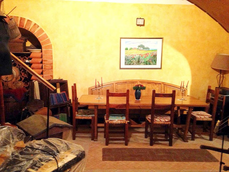 Sala da pranzo con cantina.  Dining room with a cellar.
