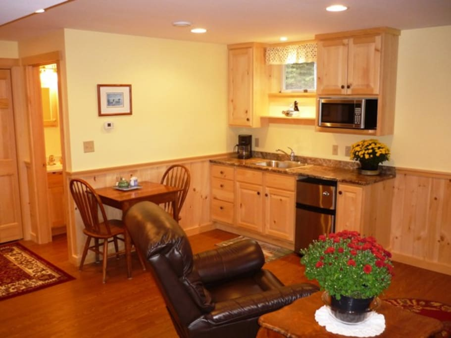 Kitchenette and breakfast nook.