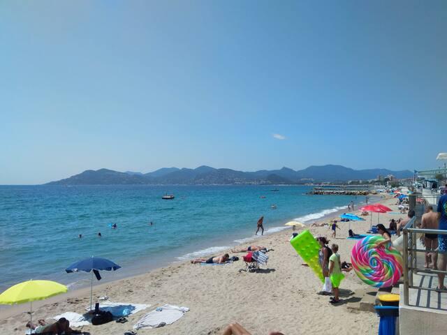 AGREABLE APPT avec piscine, DEUX PAS des plages.