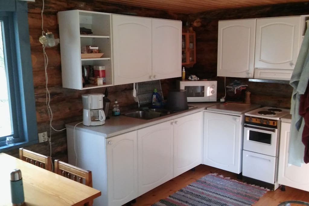 Ruokapöytä ja pieni keittiö.  Little dining area and kitchen.