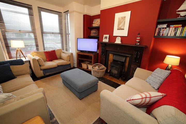 Central Mumbles, 2 car spaces, sleeps 5, + dogs