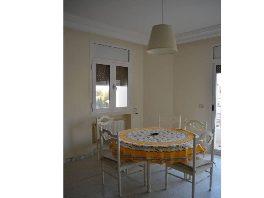 Une salle à manger agréable et lumineuse