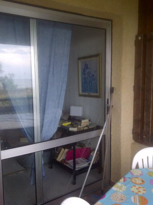Vista dal balcone (notare la vista mare nel riflesso)