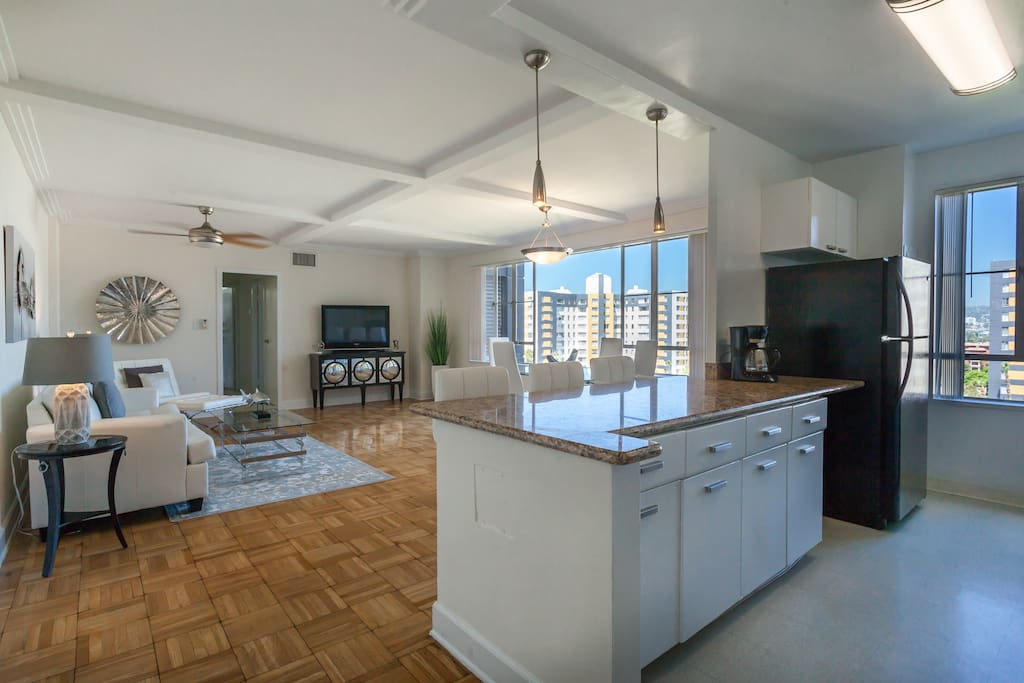 Large Modern Apartment with View of Hollywood Hills! Best location in L.A. Walking distance to The Grove, La Brea Tar Pits, LACMA, 3rd St. Dining, Shopping and more.