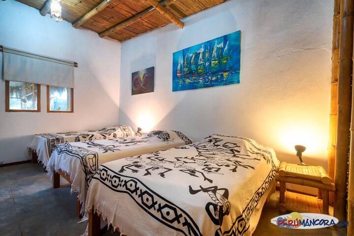 Dormitorio Cuatro de 3 camas y un baño completo.