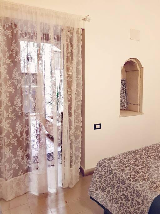 Dalla camera da letto, attraverso la Porta finestra si accede al  patio comune