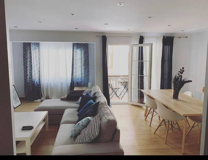 Habitación interior con cama de 90cm en el centro
