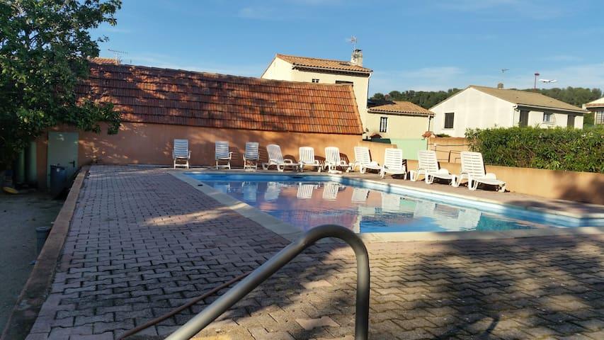 Au bord de la piscine, Havre de paix et confort - Marignane - Casa