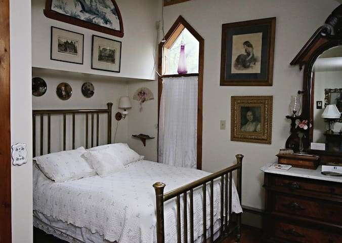 Mellon Room (shared bathroom) - Ebenezer House Bed and Breakfast