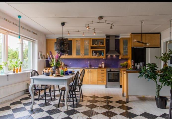 Rum i 30-talshus med veranda, trädgård & yogasal