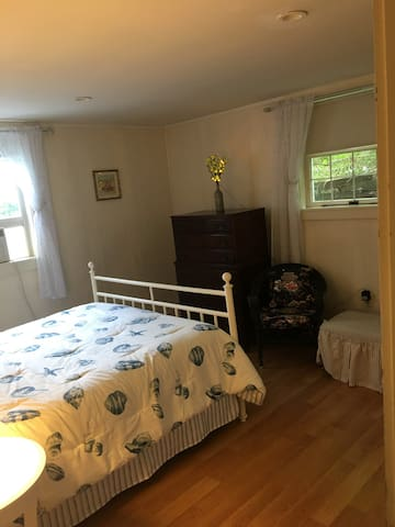 bedroom with queen bed, sitting area