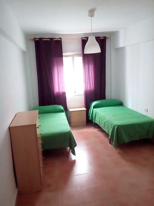 Dormitorio amplio y luminoso para dos