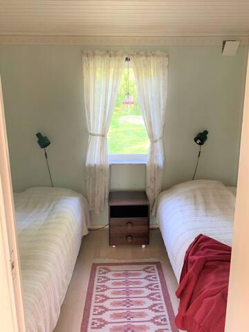 Sovrum 1 med två enkelsängar
