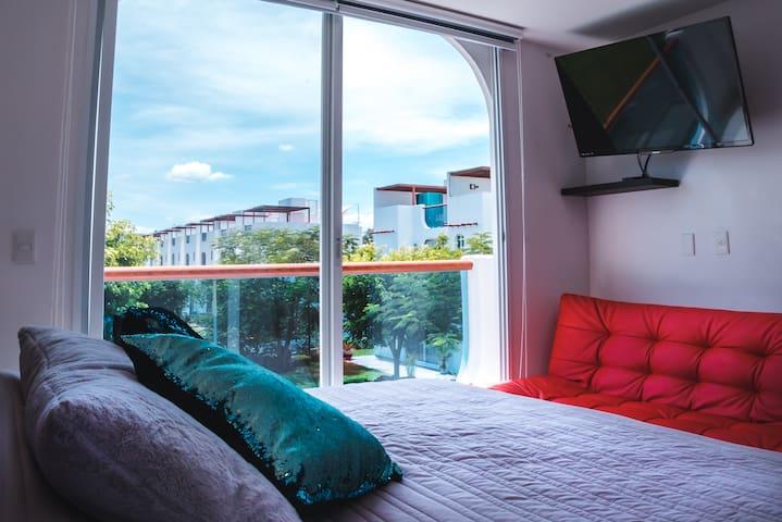 Recámara 1 Cama de matrimonio XXL, Sofá con  cama supletoria matrimonial, Baño privado en la habitación, TV inteligente, Netflix, Persianas o cortinas opacas, Aire acondicionado, Ventilador de techo, Terraza con hermosa vista.