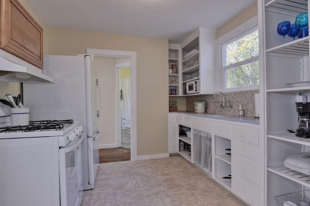 Fully equipped kitchen with stove, oven, fridge & freezer, microwave, coffee maker, cooking equipment and more!