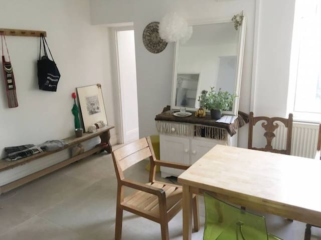 Double room in stylish home, Cardiff