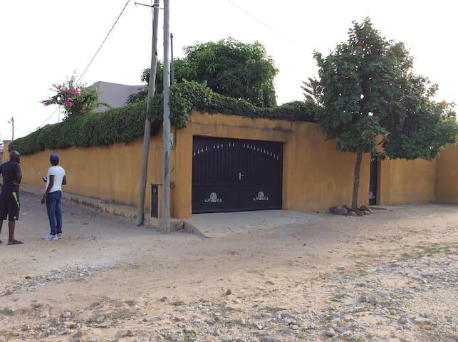 Maison Nianing proche de la plage et commerces - Nianing - Casa