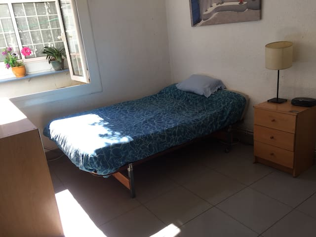 Soleada habitación doble, cerca del centro BCN - Barcelona - House