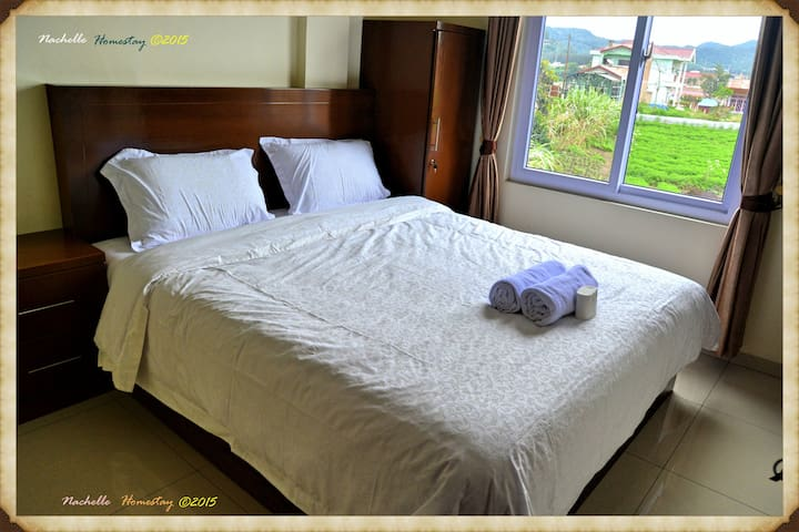 King Size bed - Private bathroom - berastagi