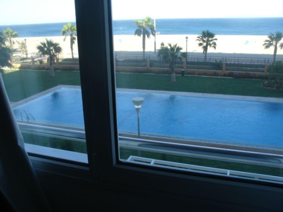 vistas al mar y la piscina