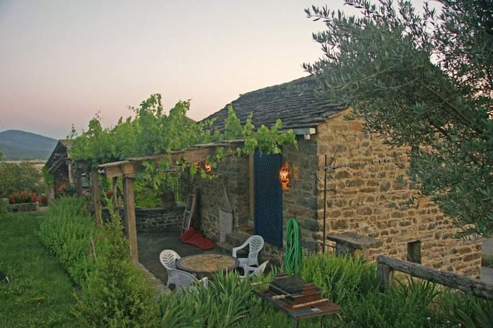 Charming stone cottage with terrace - Aínsa - House