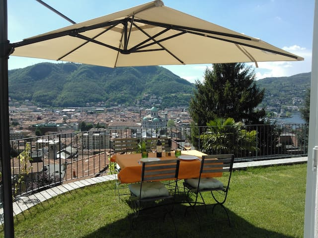A private garden over Como city - Como - Casa