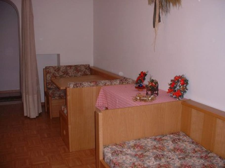 Uno spazio versatile che può diventare all'occorrenza salotto o camera da letto, o entrambi nei vari momenti della giornata.