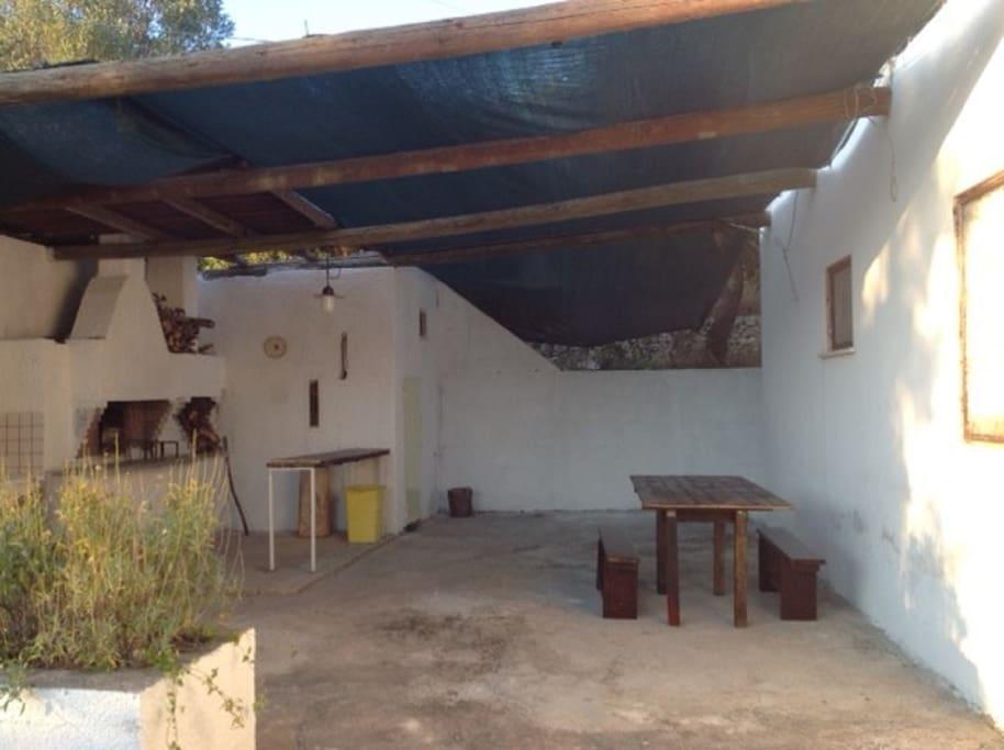 Angolo esterno con forno e barbecue