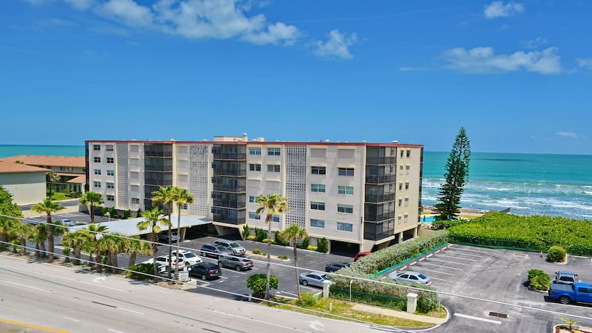 ocean front building pool by beach - Satellite Beach - Daire