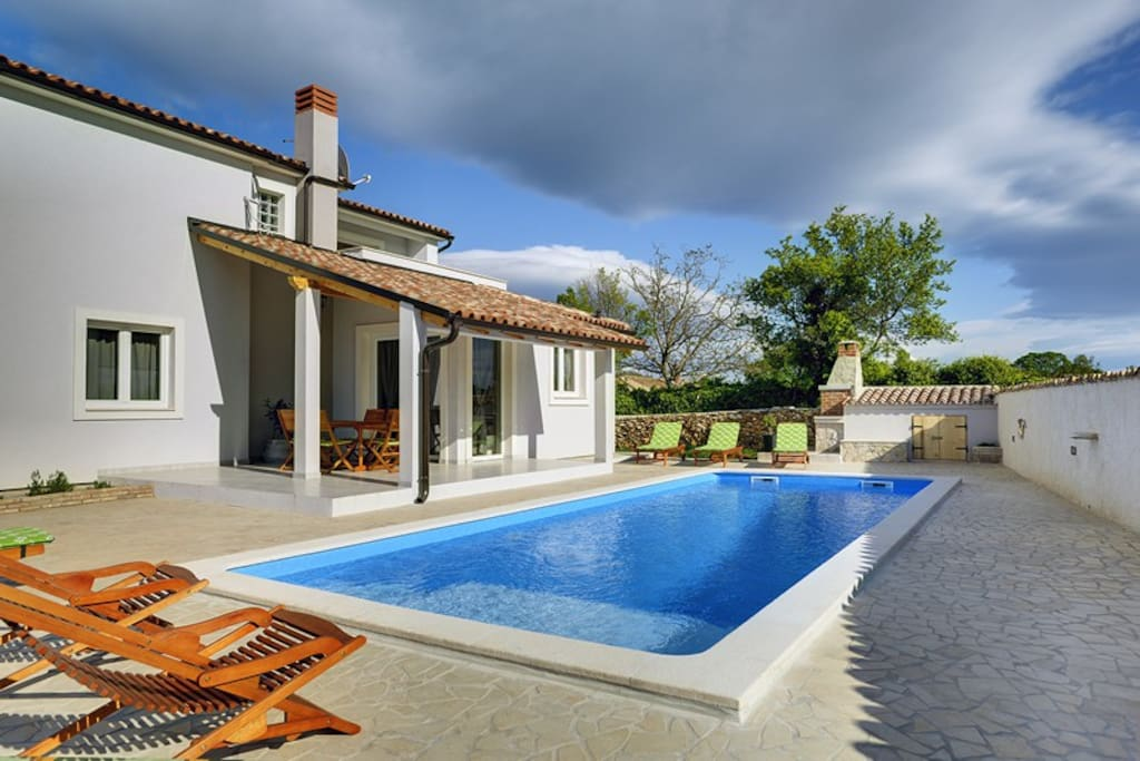 Lovely villa with private pool and fenced garden