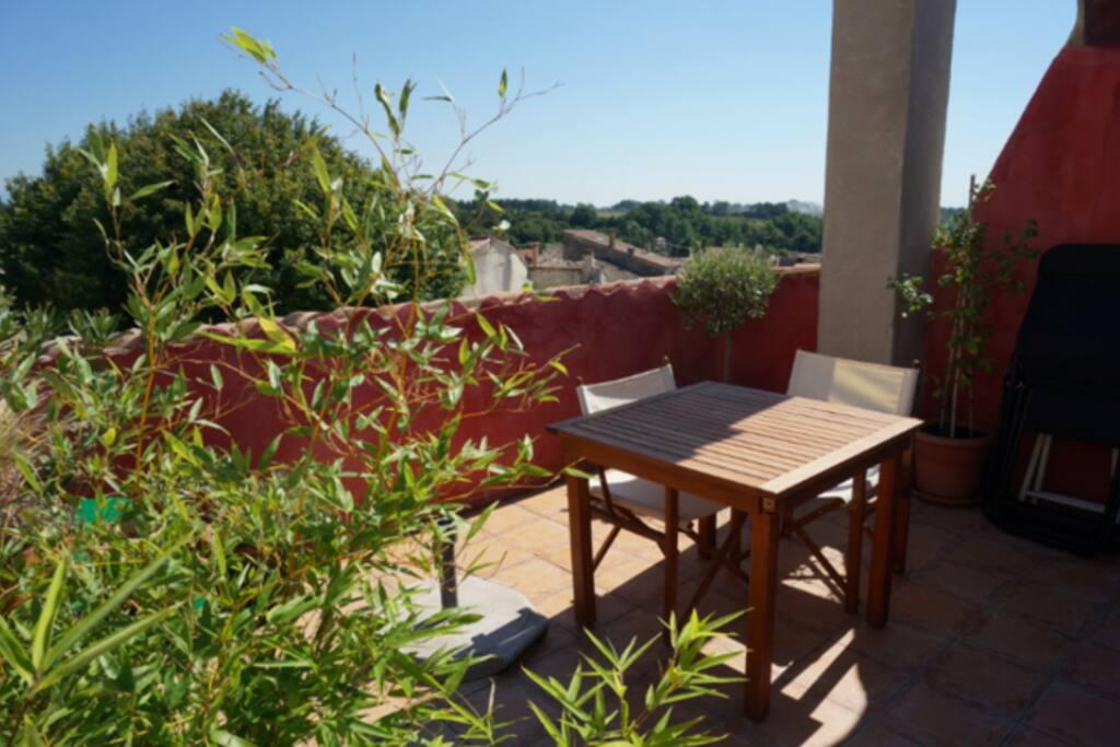 Terrasse de 15m2, ensoleillée, belle vue, bbq, chaises longues, parasol.