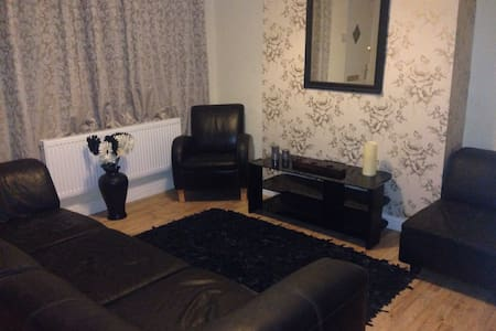 Small Double Bedroom with WIFI - Leeds