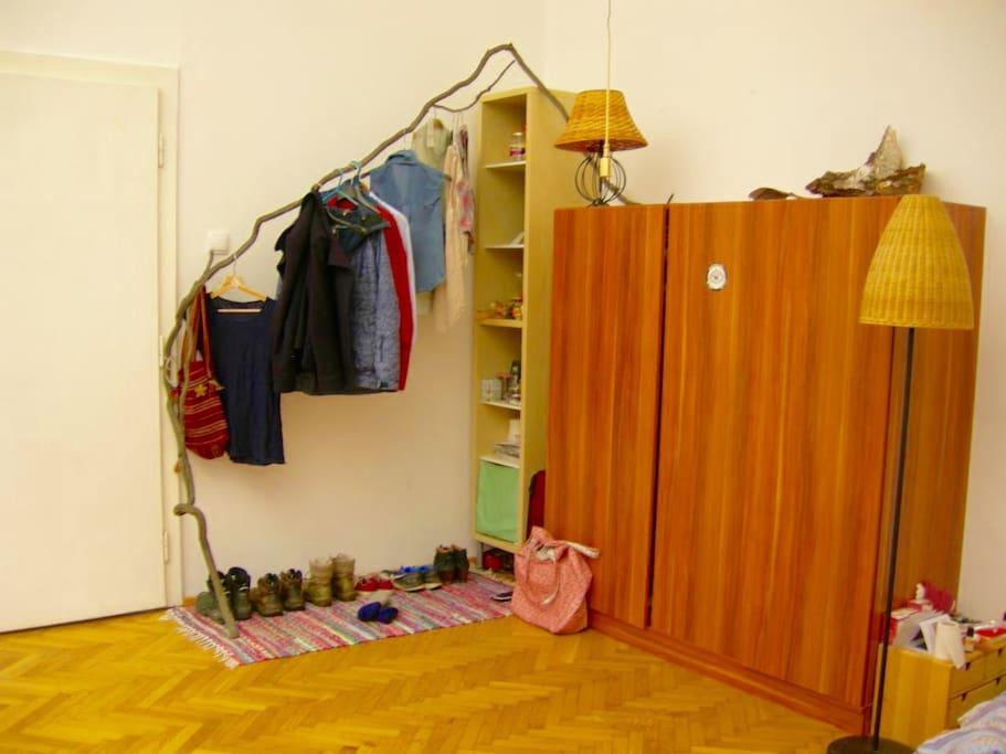 Kasten mit Garderobe in Benützung.