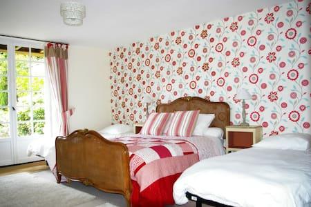 Family room with three beds - Saint-Georges-de-Reintembault - Bed & Breakfast