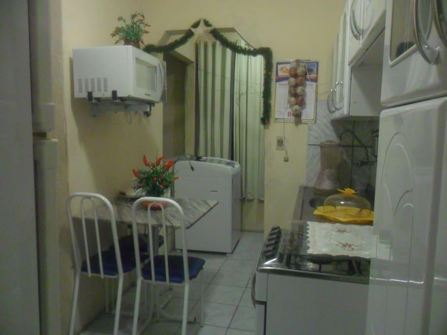 Fogão, geladeira e microondas disponíveis   para uso diverso.