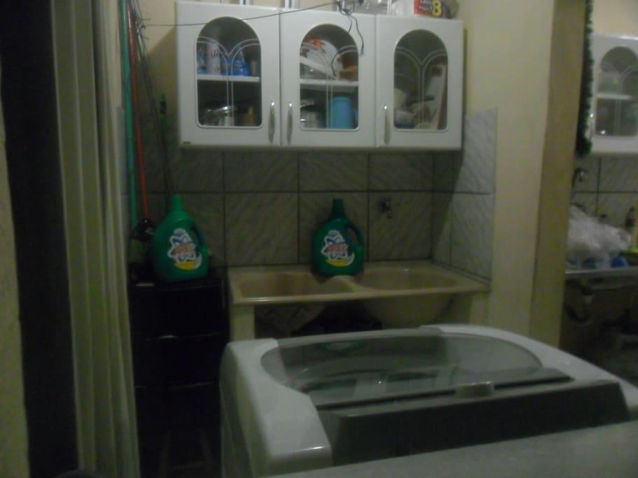 Máquina de Lavar de 12 Kg de Roupas e área de serviço com produtos disponíveis.