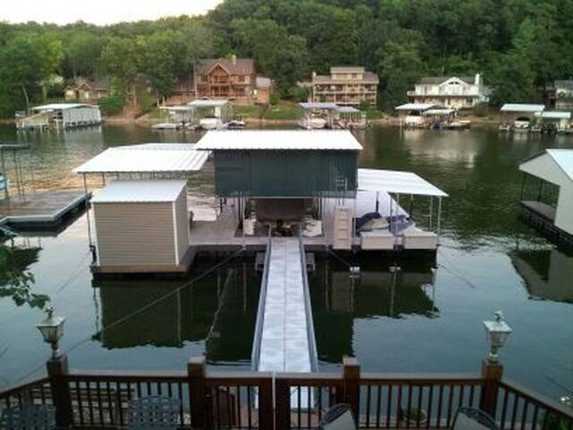 4 Bedroom - 1,800 sq ft. Lake Front - Osage Beach - House