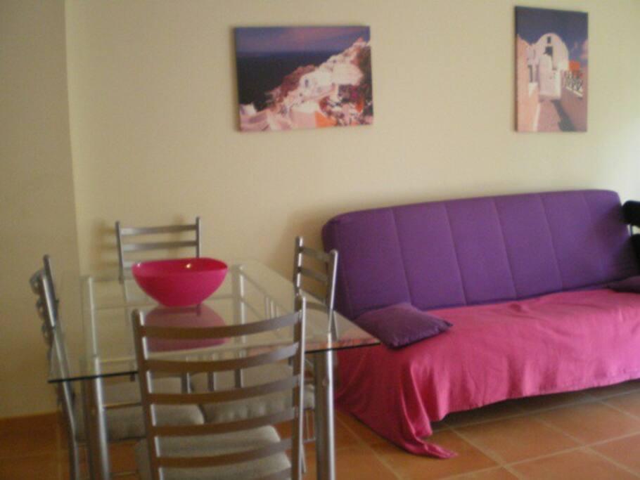 Acogedor salón con sofá cama.