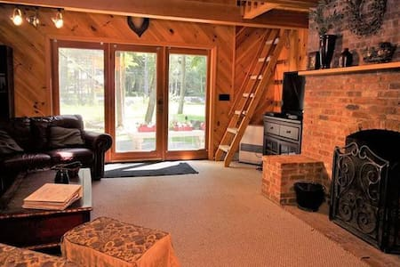 Charming Chalet 3 min to SKIING & PVT beach access