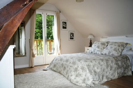 Spacious double room  - Saint-Georges-de-Reintembault
