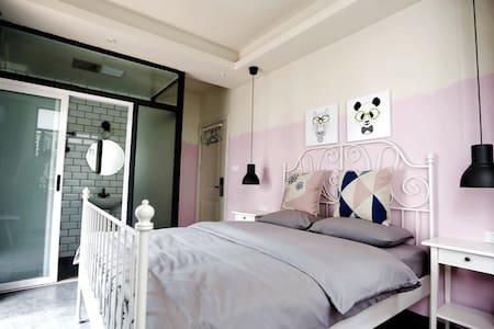 晴朗居客栈的阳台大床房 - Guilin