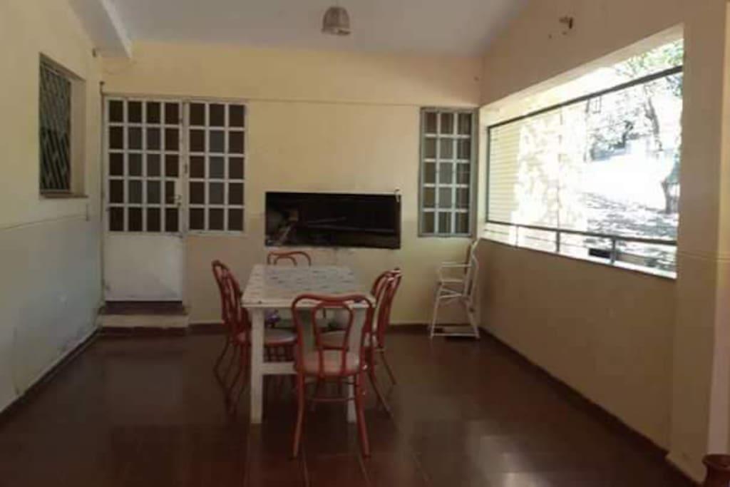 Mesa Amplia para disfrutar del asador.