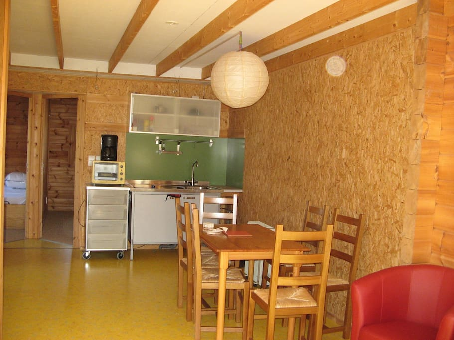 La salle commune et coin cuisine