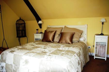 Double room with great views - Saint-Georges-de-Reintembault - Bed & Breakfast