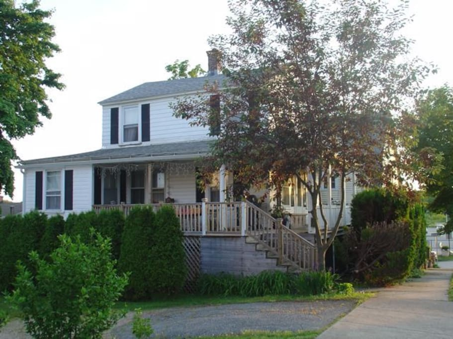 Cozy beach cottage with large porch houses for rent in for Beach house with wrap around porch