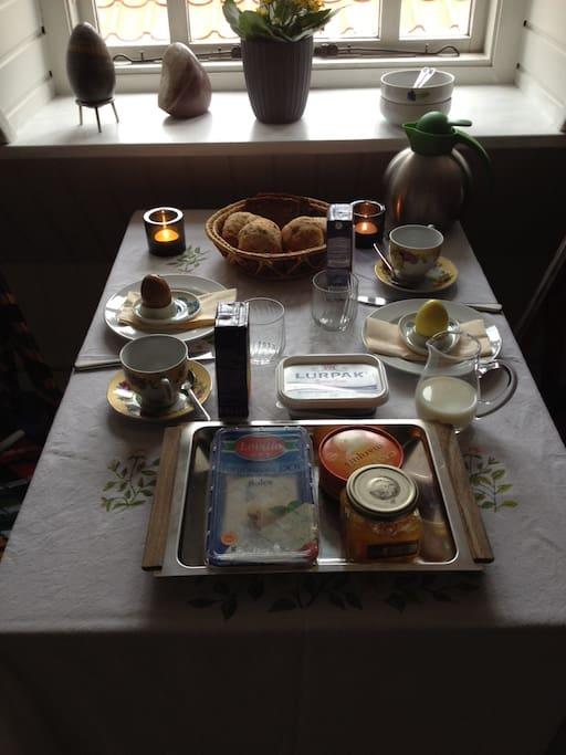 Mulighed for tilkøb af morgenmad med hjemmebag, flere slags ost og juice