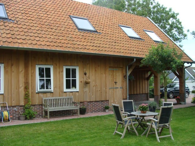 Spacious appartment in wooden lodge - Reitsum - Huoneisto
