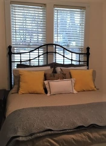 Queen bed w/ luxury linens and feather duvet