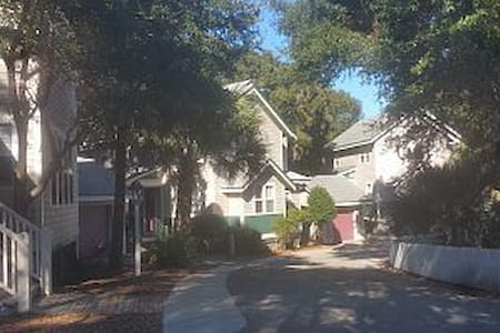 3br/3ba Island Cottage - Your Pet is Welcome - Bald Head Island
